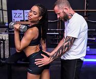 Межрассовое порно с молодой стройной телкой в спортзале - 1