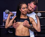 Межрассовое порно с молодой стройной телкой в спортзале - 2