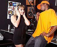 Межрасовый секс негра со стройной девушкой в клубе - 1