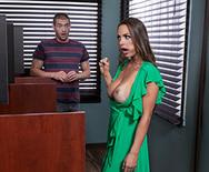 Горячий секс с молоденькой ненасытной брюнеткой на столе - 2