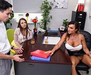 Порно ЖМЖ с юной шлюшкой и её сексуальной мамашей - 2