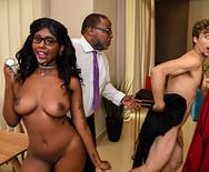 Смотреть межрассовый секс с аппетитной молодой темнокожей телкой - 5