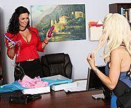Выразительные лесбиянки мастурбируют бритые пилотки на работе - 1
