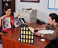 Секс шикарной брюнетки с большими сиськами в офисе с незнакомцем - 1