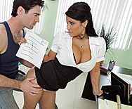 Порно студента с опытной училкой с большими сиськами на столе - 1