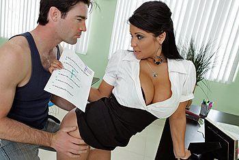 Порно студента с опытной училкой с большими сиськами на столе