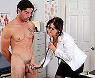 Порно пациента с девушкой в сексуальном белом халате - 1