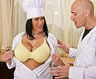 Жаркий секс с поварихой с огромными сиськами на кухне - 1