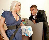 Красивый секс озорной блондинки с боссом в офисе - 1