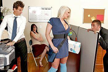 Красивый секс озорной блондинки с боссом в офисе