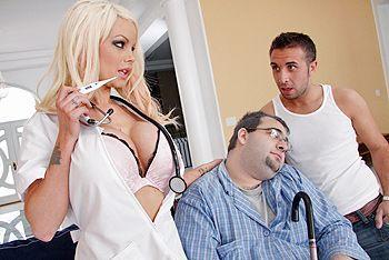 Порно пациента с молодой сексуальной врачихой с большими сиськами