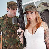 Смотреть порно солдата с красивой рыженькой сучкой