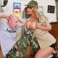 Горячее порно в казарме с сексуальной дамочкой с большими сиськами