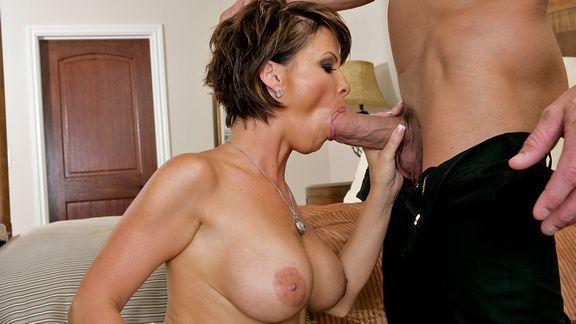 Зрелая потаскушка наслаждается жестким сексом с молодым любовником