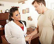 Страстный секс пациента с симпатичной врачихой с большими сиськами - 1