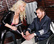 Пышная блондинка в кожаном костюме занимается сексом с мужиком - 1