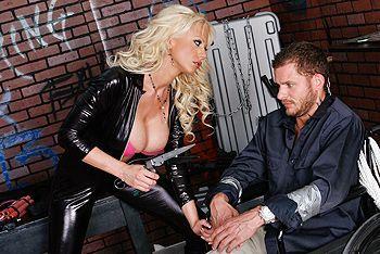 Пышная блондинка в кожаном костюме занимается сексом с мужиком