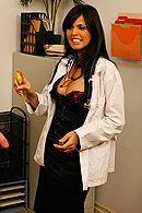 Латинка медсестра в красивом нижнем белье дает трахать себя в пизду пациенту #5