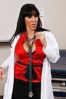 Красивый секс с темноволосой сисястой докторшей в клинике #1