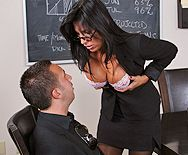 Секс зрелой секретарши с большой грудью на столе - 1