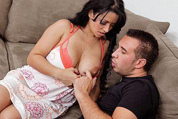 Порно с горячей латинской мамочкой с большими сиськами