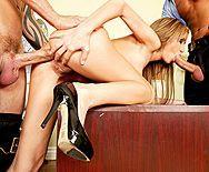 Смотреть жесткий секс с двойным проникновением в грудастую блондинку - 4