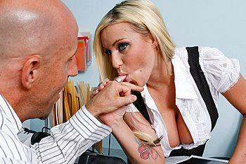 Секс грудастой татуированной блондинки в офисе