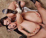 Смотреть анальный секс с черноволосыми латинками с большими попками - 4