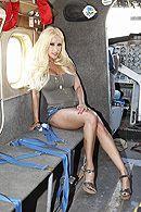 Вагинальный секс со светловолосой зрелой пассией в самолете #1