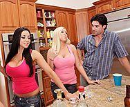 Смотреть порно с двумя сексуальными подружками с огромными сиськами в ванной - 1