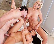 Смотреть порно с двумя сексуальными подружками с огромными сиськами в ванной - 4