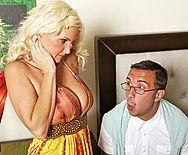 Трах в пизду зрелой блондинки с большими сиськами с ботаником - 1