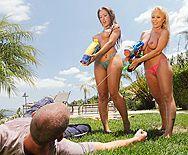 Смотреть порно с сексуальными лесбиянками у бассейна - 1