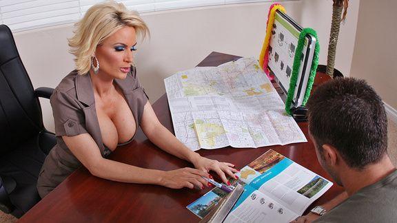 Смотреть горячий секс парня с начальницей с упругой попкой