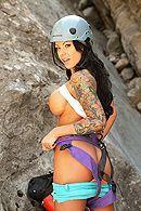 Секс в пизду со зрелой горячей брюнеткой с татуировками #2