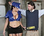 Страстный секс парня с красоткой в сексуальной униформе на таможне - 1