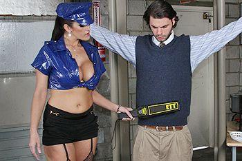 Страстный секс парня с красоткой в сексуальной униформе на таможне