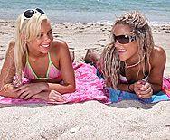 Красивый ЖМЖ двух стройных блондинок с мужиком на пляже - 1