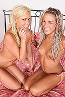 Красивый ЖМЖ двух стройных блондинок с мужиком на пляже #5