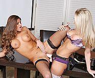 Выразительные лесбиянки наслаждаются сексом с резиновым членом - 3
