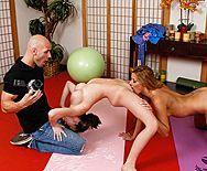 Смотреть порно лысого дядки с двумя грудастыми телками на уроке йоги - 1