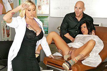 Сексуальные девочки в халатике занимаются сексом с лысым мужиком на столе