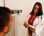 Пышногрудая сексуальная врачиха наслаждается сексом с пациентом - 1