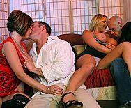 Смотреть групповой секс с сексуальными грудастыми цыпочками - 1