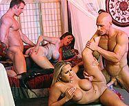Смотреть групповой секс с сексуальными грудастыми цыпочками - 4
