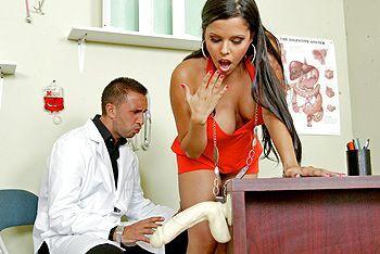 Молодая длинноволосая брюнетка занимается сексом с врачем