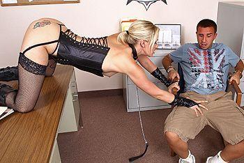 Красивая татуированная блондинка занимается сексом в полицейском участке