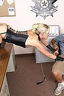 Красивая татуированная блондинка занимается сексом в полицейском участке #5