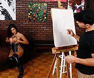 Смотреть анальный трах в жопу сексуальной брюнетки с художником - 1