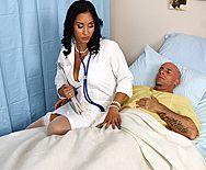 Горячий секс пациента с пышной латинской медсестрой в чулках - 1
